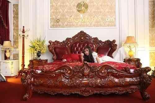 Chiếc giường gỗ 204 triệu đồng khắc hàng trăm bông hồng