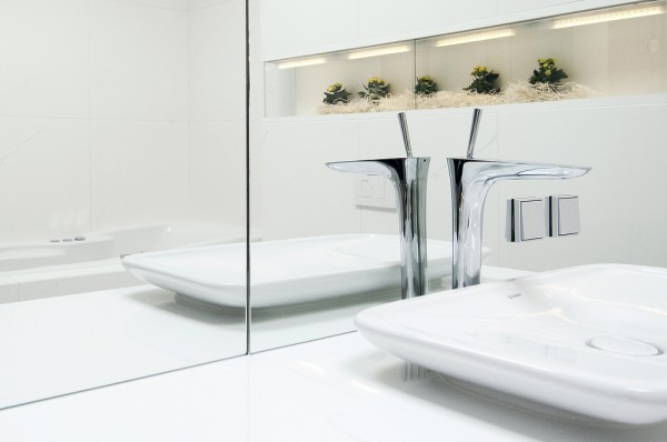 mau-nha-dep-bathroom-reflective-white-surfaces-with-decorative-niche-and-plants-landscape-600x398