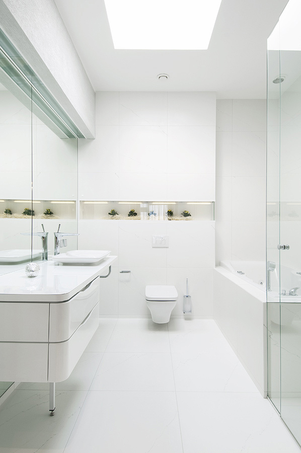 mau-nha-dep-bathroom-reflective-white-surfaces-with-decorative-niche-and-plants-portrait