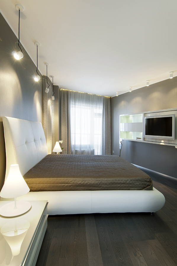 mau-nha-dep-bedroom-cool-palette-with-warm-accents-pendant-style-down-lighting