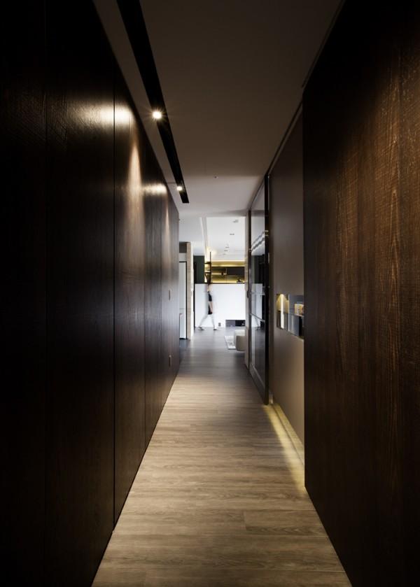 mau-nha-dep-hallway-with-dark-wood-600x839