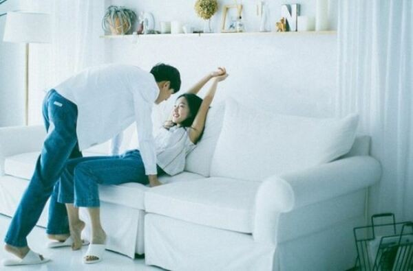 Chụp ảnh cưới trong phòng ngủ kiểu trao nhau những ánh nhìn