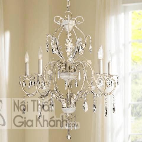 Không quá hoành tráng nhưng mẫu đèn chùm này vẫn rất tinh tế và thanh lịch