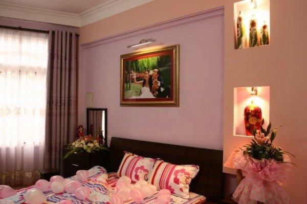 Cách trang trí phòng cưới bằng bóng bay và hoa hồng lãng mạn nhất - bong bay goa hong va nen