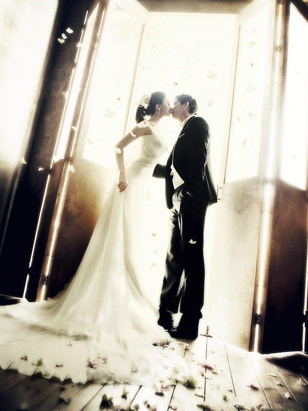 10 tạo dáng chụp ảnh cưới trong studio - cham khe moi em