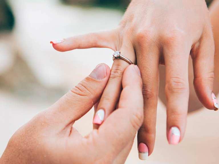 Nhẫn cưới đeo tay nào là chuẩn nhất - deo nhan cuoi con gai