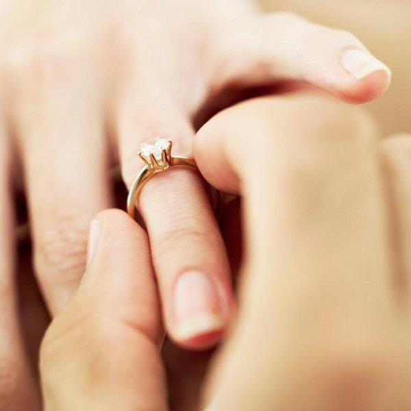 Nhẫn cưới đeo tay nào là chuẩn nhất