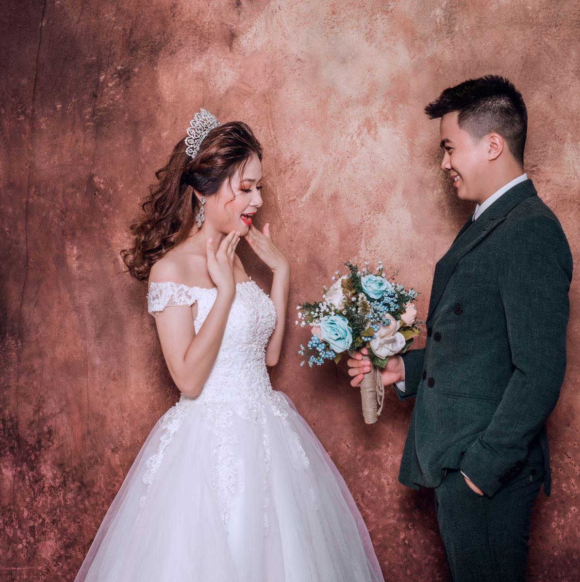 10 cách tạo dáng chụp ảnh cưới trong phòng - em la cua anh