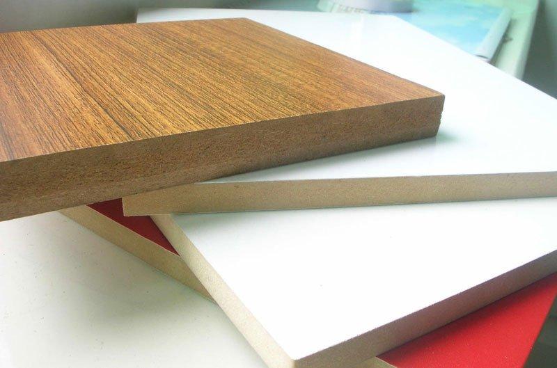 Nguyên liệu sử dụng trong công nghệ làm gỗ MDF là các những loại gỗ tự nhiên trồng ngắn ngày