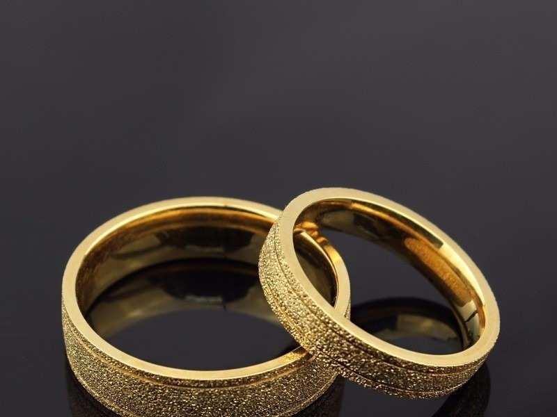 Nhẫn cưới nên mua vàng tây hay vàng ta