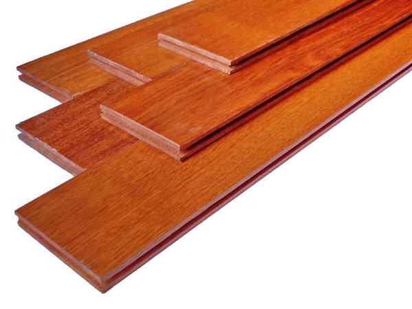 gỗ giáng hương giữ được màu sắc của nó trong mọi điều kiện thời tiết