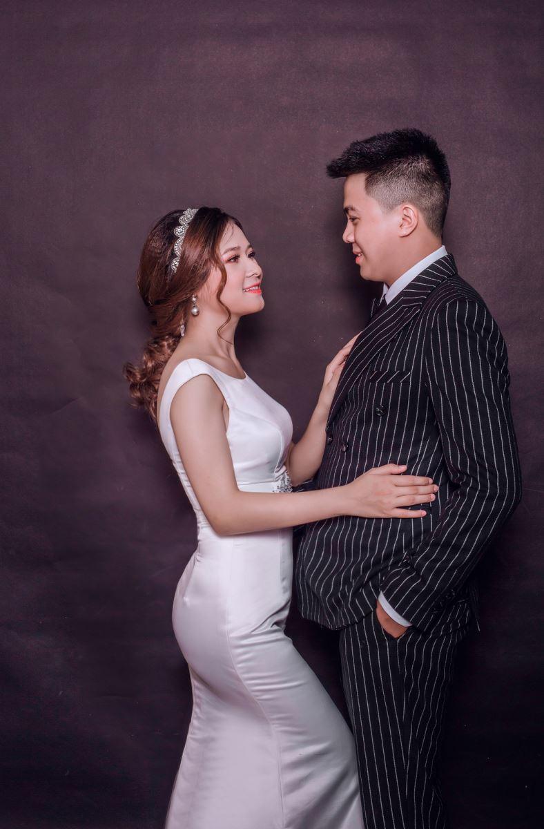 10 cách tạo dáng chụp ảnh cưới trong phòng - trao nhau nhung anh nhin
