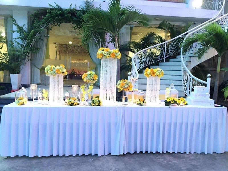 Cách trang trí bàn ăn gia đình và bàn ăn decor tiệc cưới trang trọng và đẹp - vai trai ban